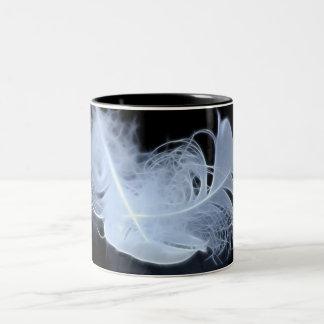 Plumas gemelas y reflexión de la llama taza de dos tonos