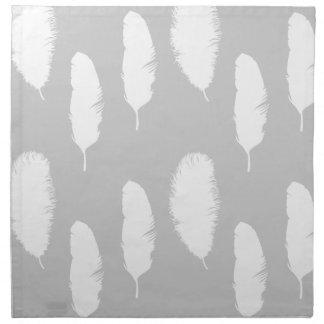 Plumas grises y blancas servilletas imprimidas