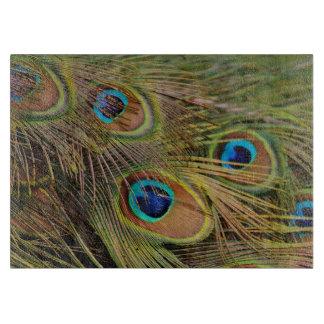 Plumas hermosas del pavo real tabla de cortar