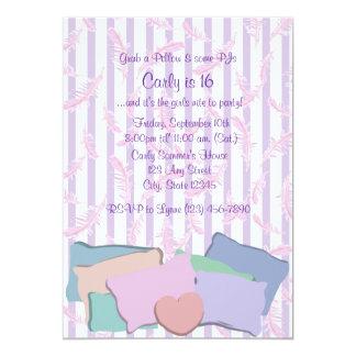 Plumas y cumpleaños de las almohadas invitación 12,7 x 17,8 cm
