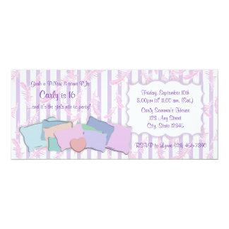 Plumas y cumpleaños de las almohadas invitación 10,1 x 23,5 cm