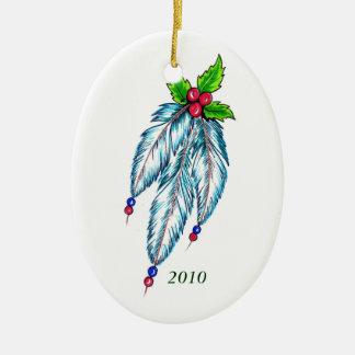 Plumas y ornamento del acebo adorno de navidad