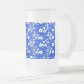 Plumeria blanco y vides en azul real taza de cristal