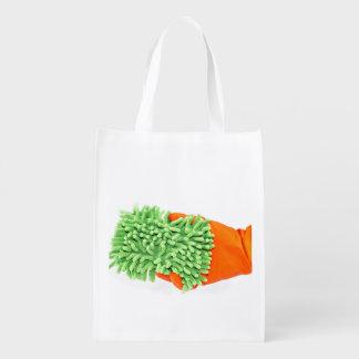 Plumero en un guante bolsas de la compra