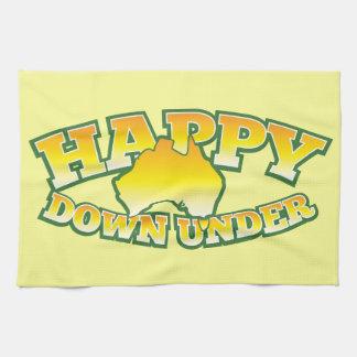 Plumón feliz debajo toalla de cocina