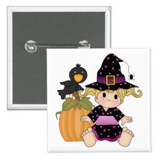 Poca bruja de Halloween con el vestido púrpura Pin Cuadrado