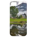 Poca casa en niebla en el lago iPhone 5 Case-Mate carcasa