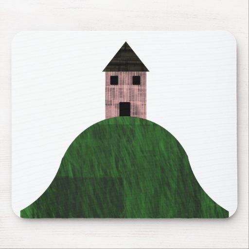 Poca casa rosada en la colina tapetes de raton