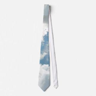 Poca corbata mullida de la nube