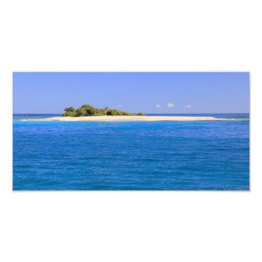 Poca isla arenosa en un mar de la turquesa fotografías