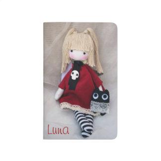 Poca muñeca gótica con el diario del bolsillo del  cuadernos grapados