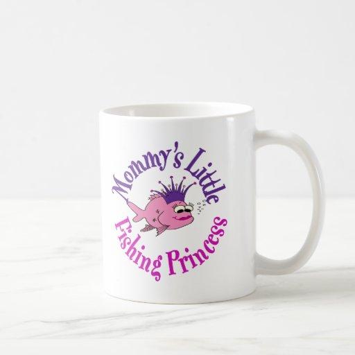 Poca princesa de la pesca de la mamá taza básica blanca
