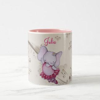Poca taza de café del elefante de la bailarina del