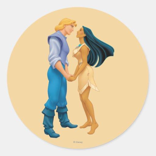 Pocahontas y John Smith que llevan a cabo las Etiquetas Redondas