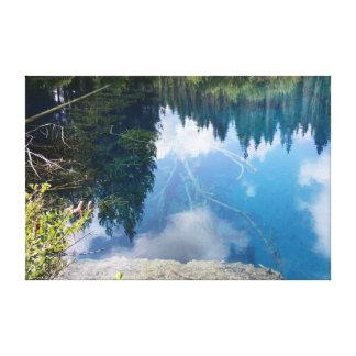 Pocas reflexiones azules del orbe del lago crater impresión en lienzo estirada