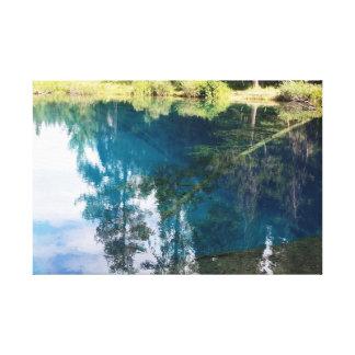 Pocas reflexiones azules del orbe del lago crater impresiones en lona estiradas