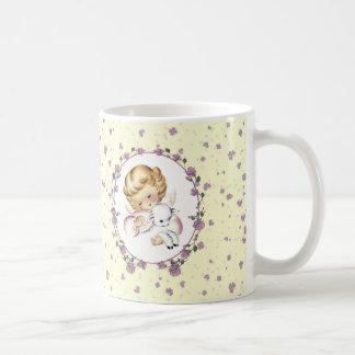 Poco ángel con la taza del regalo de Lamb.Easter