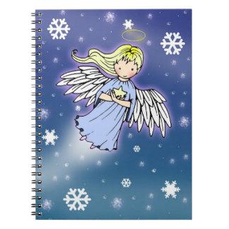 Poco ángel del invierno en cuaderno de la nieve