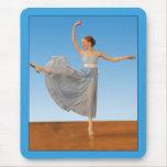 Poco bailarín de ballet en azul tapete de ratones