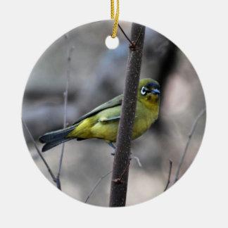 Poco blanco+pájaro del ojo en una ramita adorno navideño redondo de cerámica