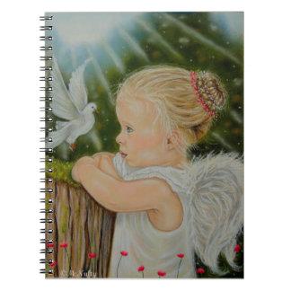 Poco chica del ángel con el cuaderno de la paloma