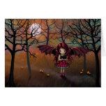 Poco chica del vampiro de Halloween con el gato Tarjetón