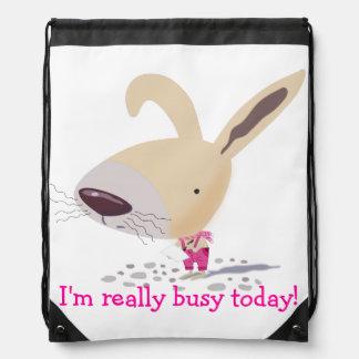 Poco conejito en mochila de encargo rosada del laz