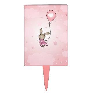 Poco conejito rosado del cumpleaños con el globo palillos de tarta