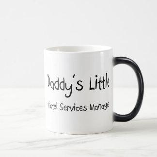 Poco encargado de servicios del hotel del papá tazas de café