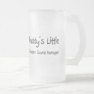 Poco encargado del sonido del teatro del papá tazas de café