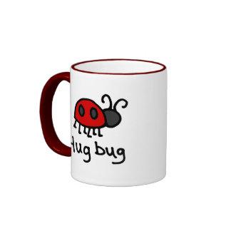 Poco insecto del abrazo tazas de café