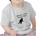 Poco jugador del hockey de la mamá camisetas