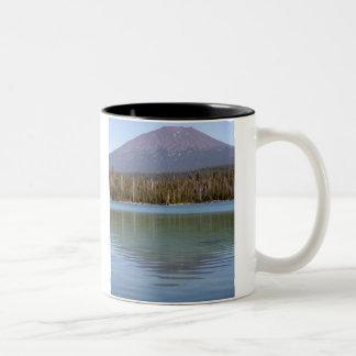 Poco lago y volcán lava taza de dos tonos