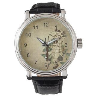 Poco muchacho del vintage en atuendo del vintage reloj