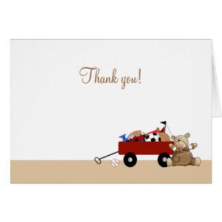 Poco oso de peluche rojo del carro doblado le tarjeta pequeña