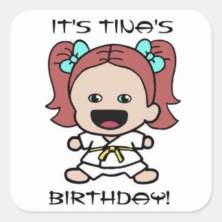 Poco pegatina del cumpleaños del chica del karate