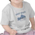 Poco tiburón de la piscina embroma las camisetas