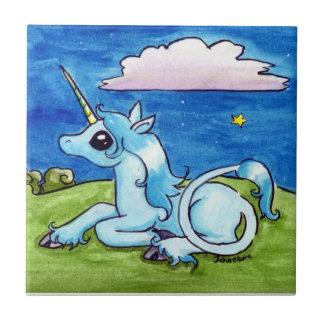 Poco unicornio que desea en las estrellas azulejo ceramica