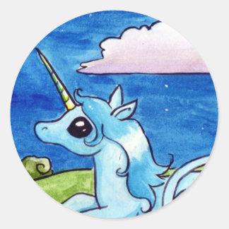 Poco unicornio que desea en las estrellas etiquetas redondas