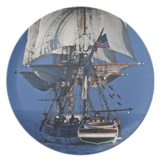 Podadoras que navegan la placa alta de la nave platos de comidas