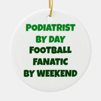 Podiatrist del fanático del fútbol del día por fin adorno navideño redondo de cerámica