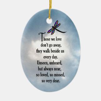 """Poema """"tan amado"""" de la libélula adorno navideño ovalado de cerámica"""