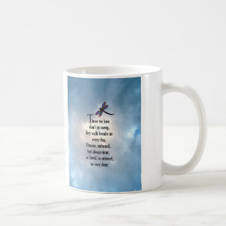 "Poema ""tan amado"" de la libélula taza clásica"