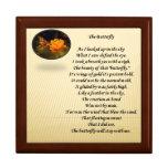 Poema y imagen de la mariposa en la tapa de la caj cajas de recuerdo