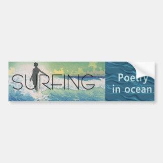 Poesía que practica surf SUPERIOR en el océano Etiqueta De Parachoque
