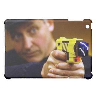 Poli con un arma de Taser