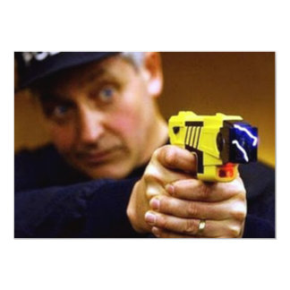 "Poli con un arma de Taser Invitación 5"" X 7"""