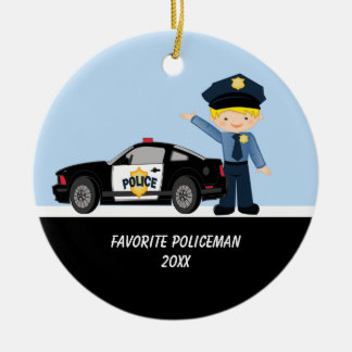 Policía adorable con el ornamento del coche policí ornamente de reyes