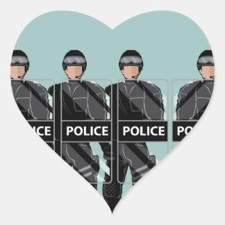 Policía antidisturbios con los escudos pegatina en forma de corazón