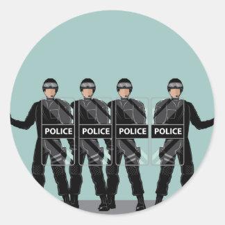 Policía antidisturbios con los escudos pegatina redonda